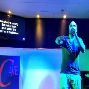 The Cave Karaoke Abend am 08.09.2018 Ein Gast rockt die Bühne